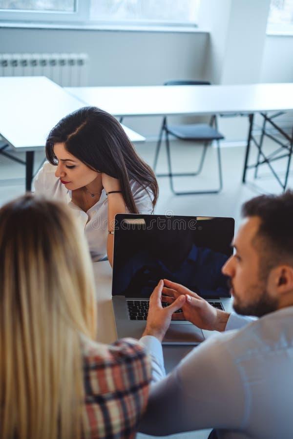 Bekymrade framsidor på jobbintervju fotografering för bildbyråer