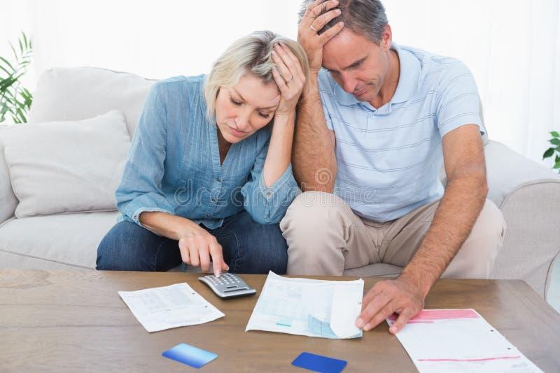 Bekymrade par som går över finanser royaltyfri bild