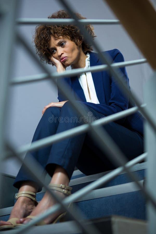 Bekymrat affärskvinnasammanträde på moment fotografering för bildbyråer