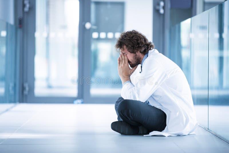 Bekymrat doktorssammanträde på golv arkivbild