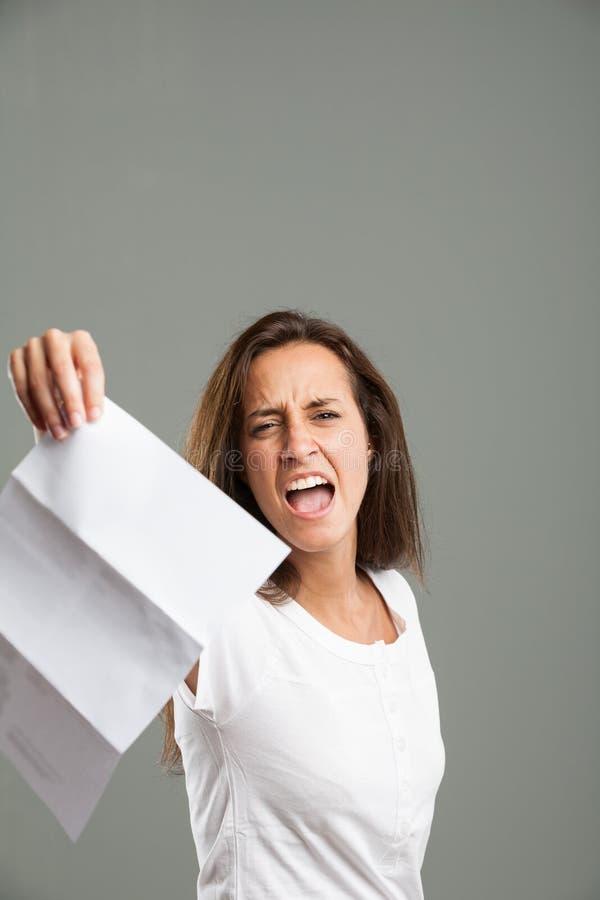 Bekymrat hållande övre för ung kvinna ett dokument arkivbild