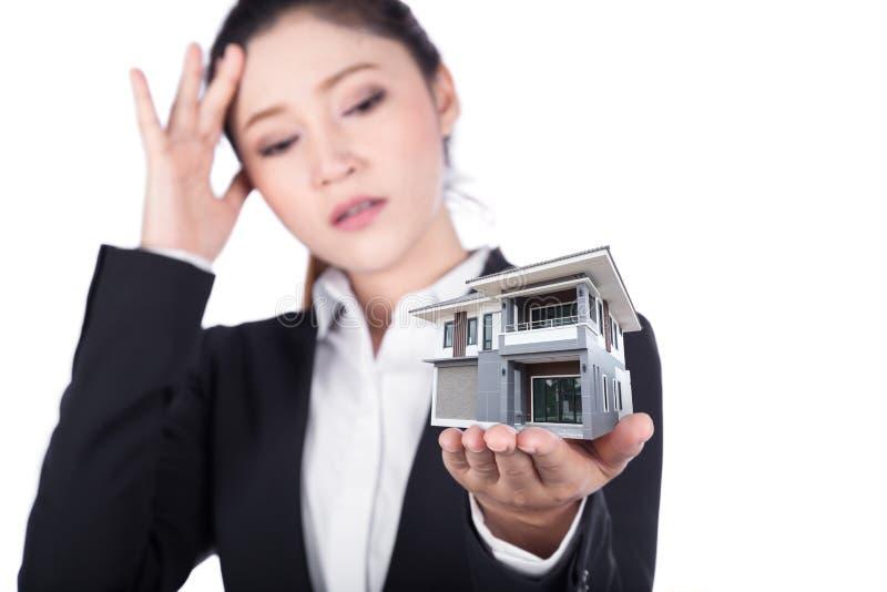 Bekymrat hus för innehav för hand för affärskvinna som öppet isoleras på vit arkivbilder