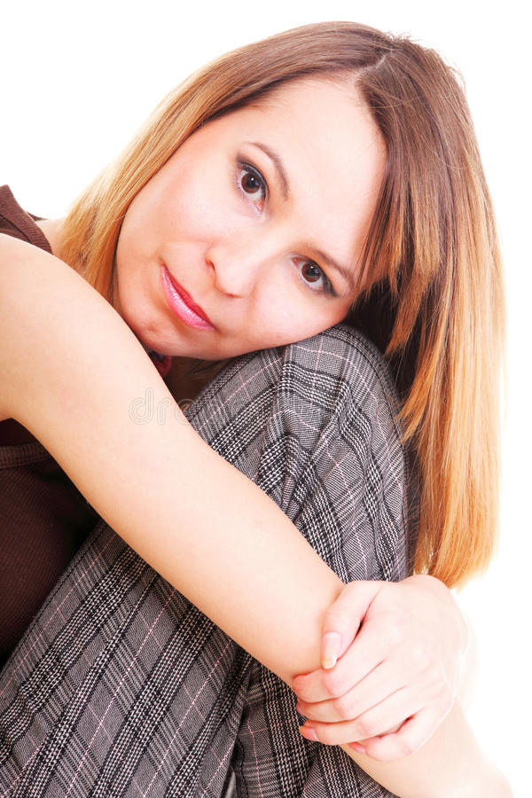 Bekymrat och rätt sammanträde för ung kvinna på stol. Isolerat royaltyfria bilder