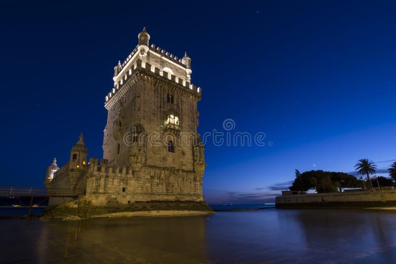 Belém torn Torre de Belém en medeltida portugisisk befästning från det 16th århundradet i Lissabon under blå timme arkivfoton
