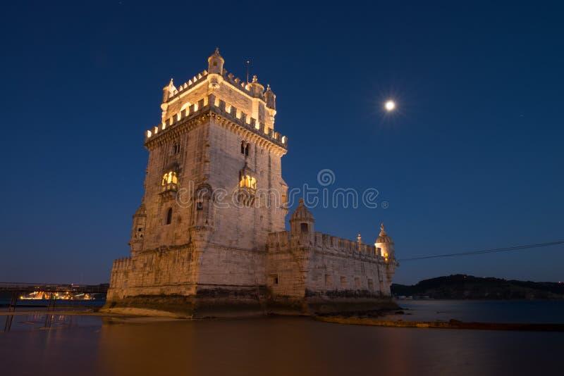 Belém torn Torre de Belém en portugisisk befästning från det 16th århundradet i Lissabon under blå timme portugal arkivfoto