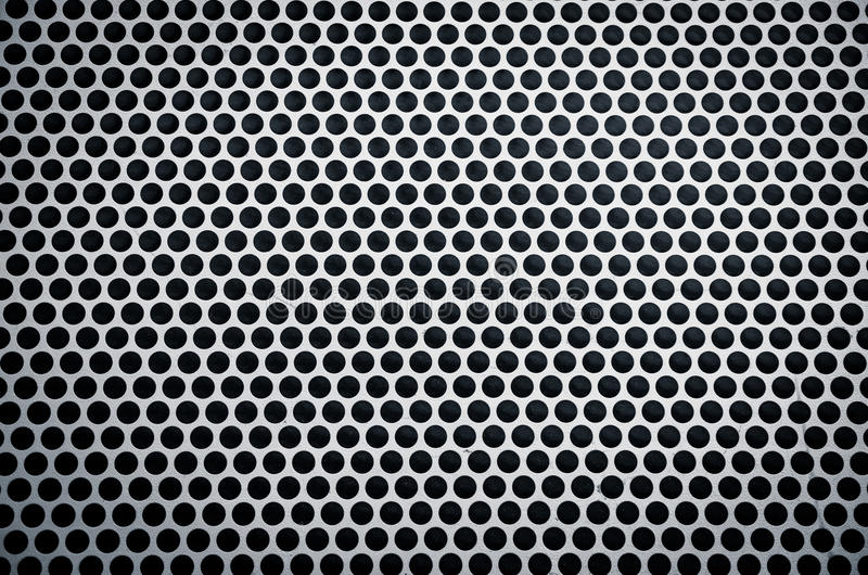 Belägga med metall bakgrund med spela golfboll i hål arkivfoto