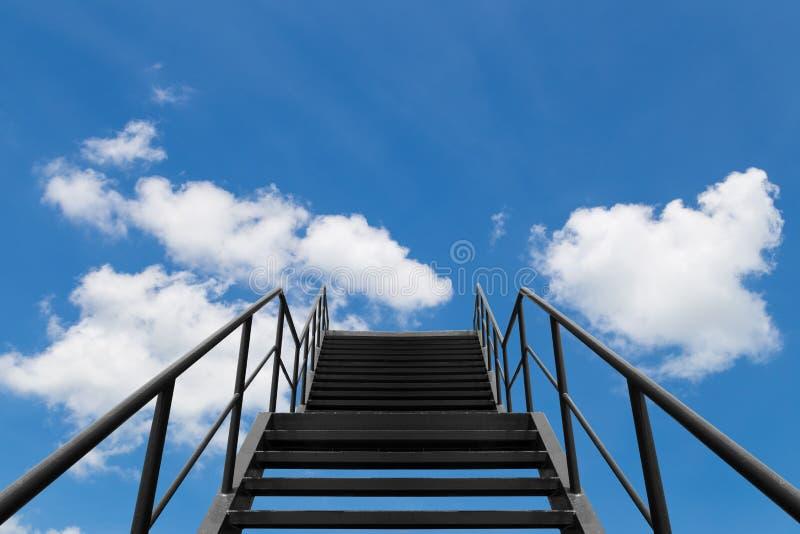 Belägga med metall bron eller trappan till blå himmel och vitmolnet arkivfoton