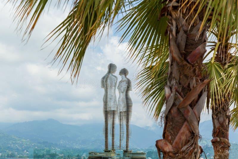 Belägga med metall den skulptur betitlade mannen och kvinnan eller Ali och Nino Batumi Adjara, Georgia royaltyfri fotografi