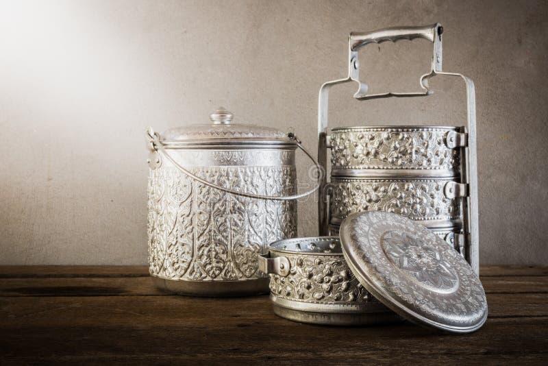 Belägga med metall den Tiffin bäraren, thai matbärare på trätabellbackgrou royaltyfri fotografi