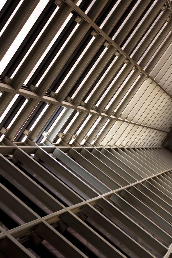 Belägga med metall designen av en inre i en modern byggnad, arkitektur royaltyfri bild