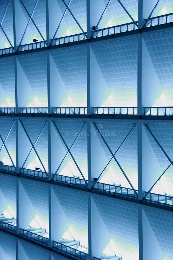 Belägga med metall designen av en inre i en modern byggnad i blått ljus fotografering för bildbyråer