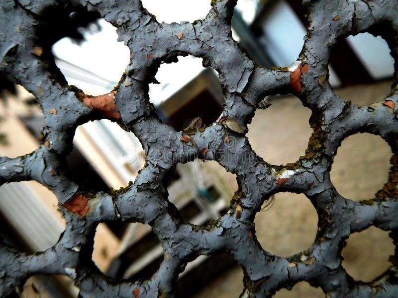 Belägga med metall gallret arkivbild