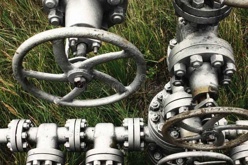 Belägga med metall gammal gas eller den olje- rörledningen med ventilpumpar, bensinindustr royaltyfria bilder