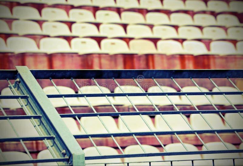 Belägga med metall ingreppet i stadion för att dela fansen med ef gammal tappning royaltyfri bild