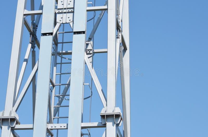 Belägga med metall konstruktion av reflektorn i stadion fotografering för bildbyråer