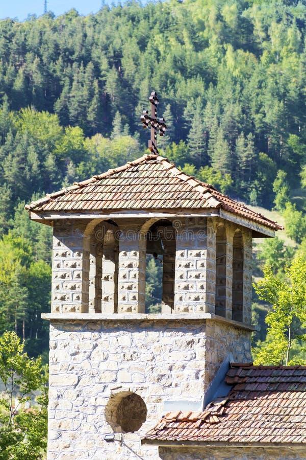Belägga med metall korset på taket av den gamla klockstapeln arkivbild