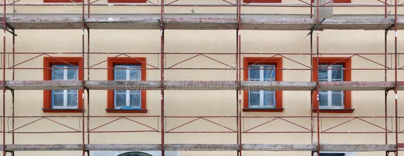 Belägga med metall materialet till byggnadsställning och monteringar som används i återställandet av olen arkivfoton