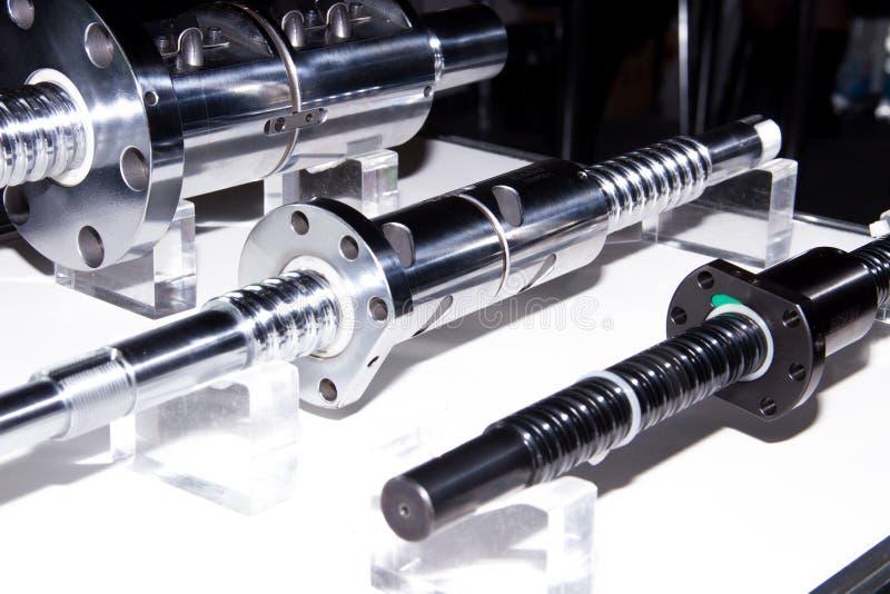 belägga med metall spindeln för maskinhjälpmedel som delen av CNC royaltyfria foton