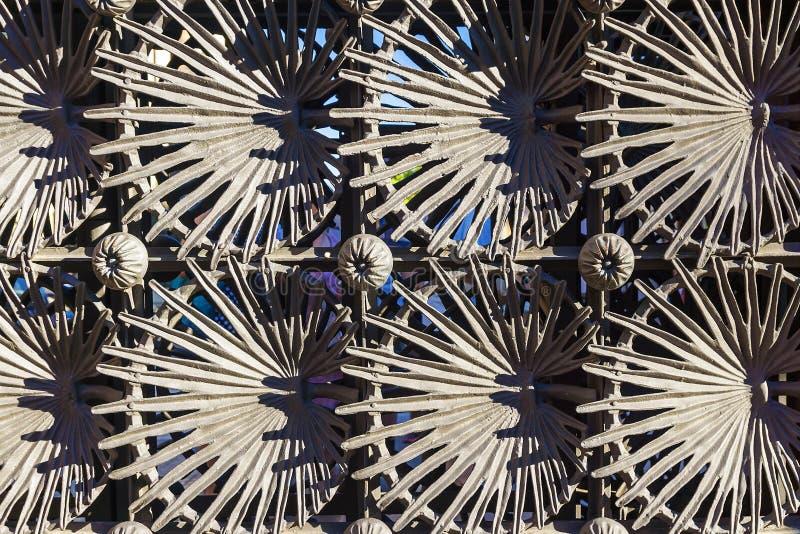 Belägga med metall staketet som planläggs av Anton Gaudi parkerar in, Guell i Barcelona, arkivfoto