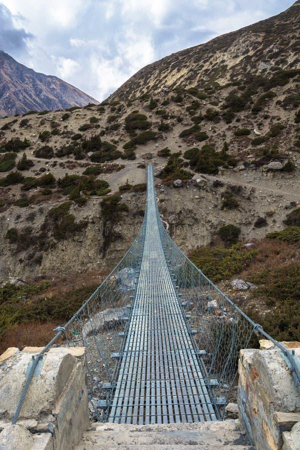 Belägga med metall upphängningbron i himalayasna, Nepal arkivbild