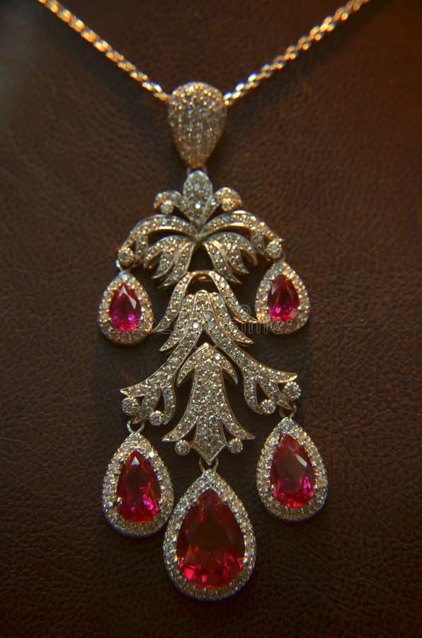 Belägger med metall härliga Gemstones för silver att bedöva den mycket underbara gåvan arkivfoto