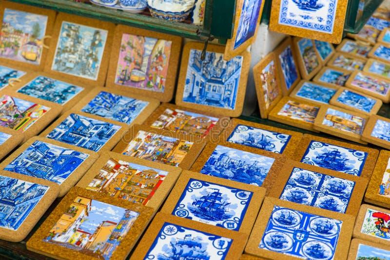 Belägger med tegel den keramiska väggen för färgrik tappning garnering arkivbild