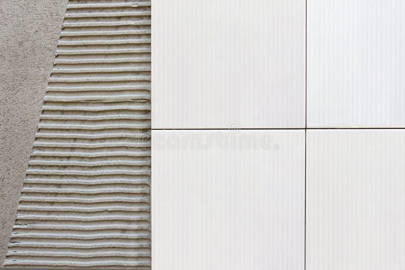Belägger med tegel väggen med cementmortel arkivfoto