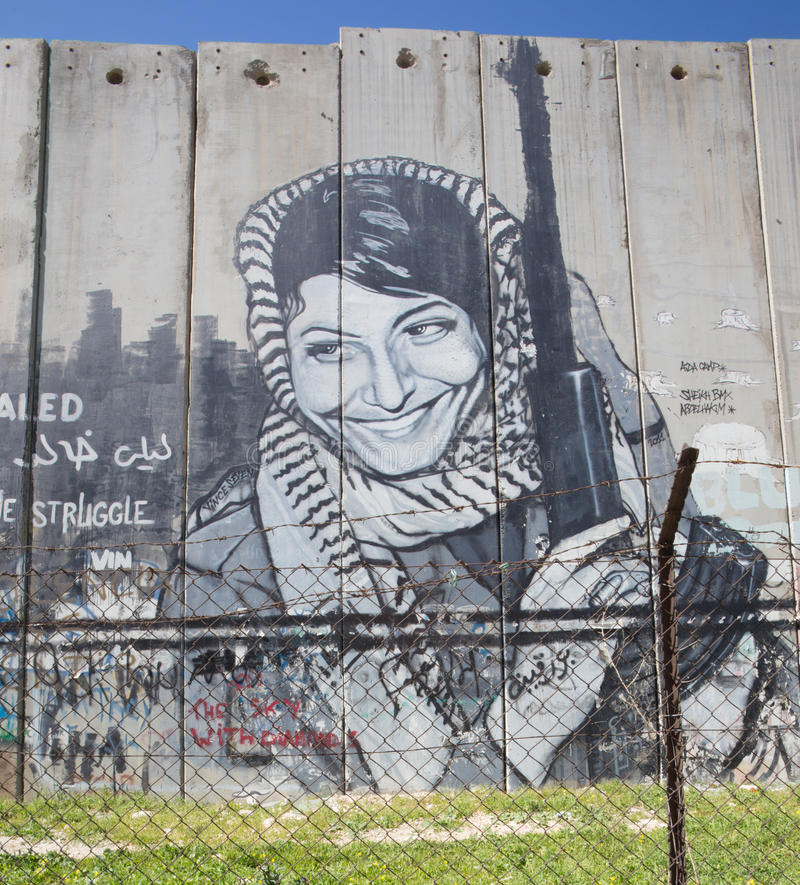 BELÉN, ISRAEL - 6 DE MARZO DE 2015: El detalle del graffitti en la barrera de separación Mujer palestina con el arma imágenes de archivo libres de regalías