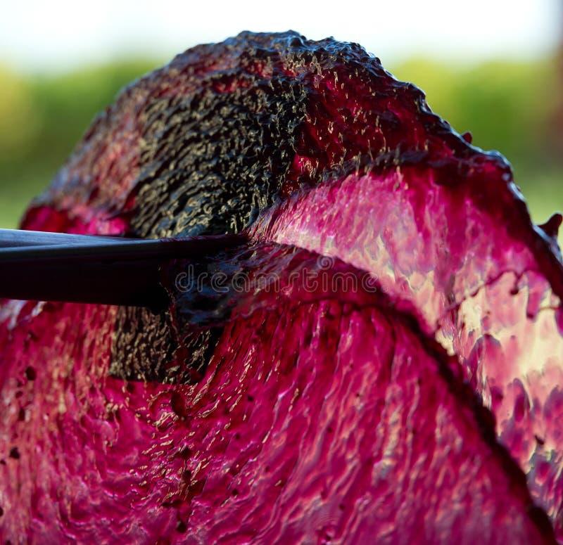 Belüftung des Weins während der Weinproduktion stockbild