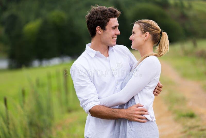 Bel étreindre de couples photos libres de droits