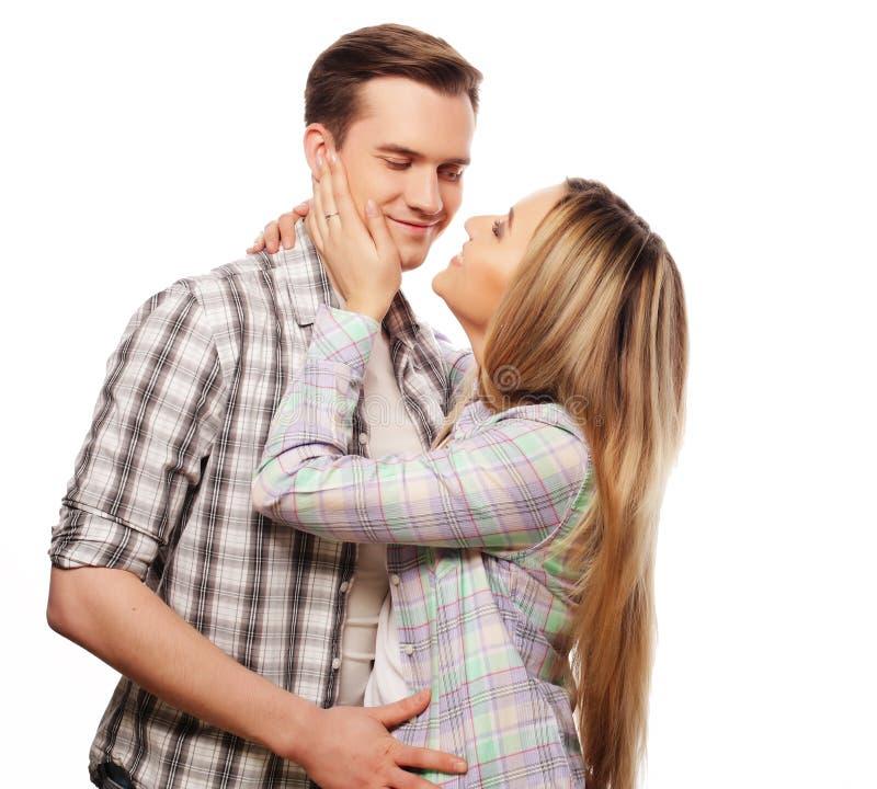 bel étreindre heureux de couples photos libres de droits