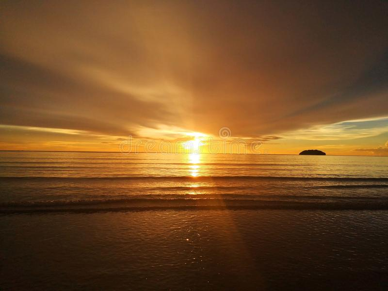 Bel abrégé sur coucher du soleil pendant la promenade dans la plage ! photo libre de droits