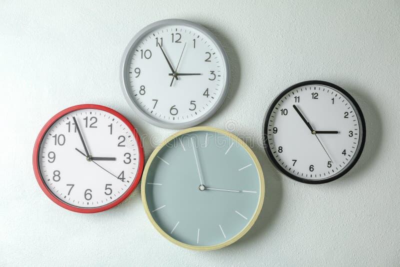 Bel accrocher différent d'horloges photo stock