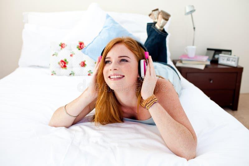 Bel adolescent écoutant la musique photo libre de droits