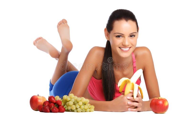 Bel adolescent posant avec les fruits sains images libres de droits