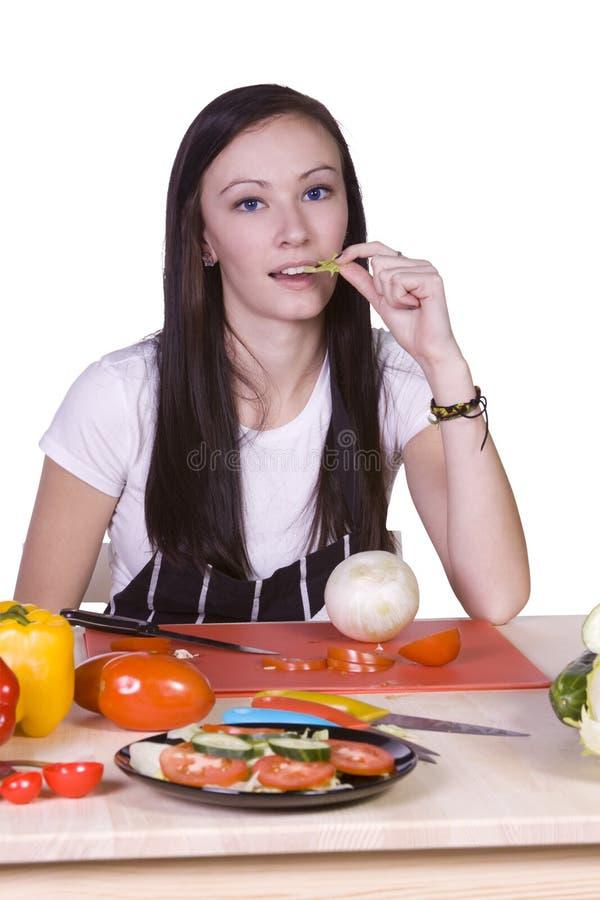 Bel adolescent préparant la nourriture photos stock
