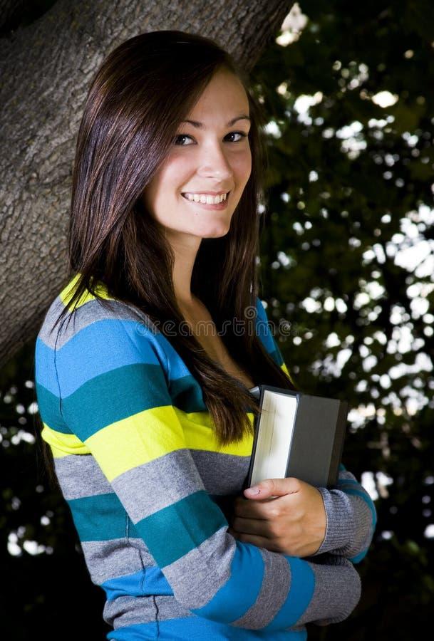 Bel adolescent retenant un livre image libre de droits