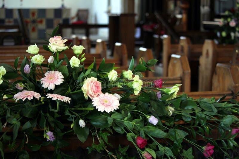 Bel affichage des fleurs roses et jaunes, derrière les rangées de image stock