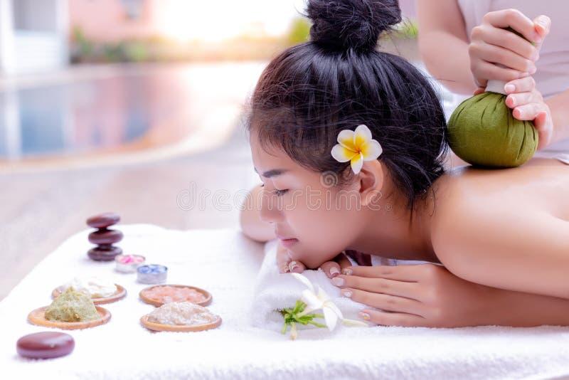 Bel amour asiatique avec du charme de femme pour obtenir le massage et l'aromather images libres de droits