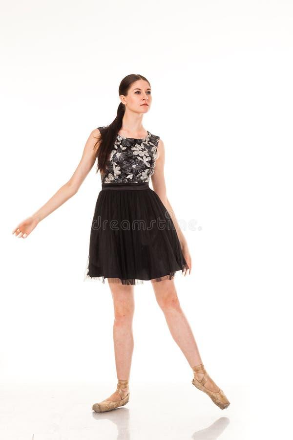 Bel amusement de danse de fille dans l'appareil-photo, posant sur le fond blanc photos libres de droits
