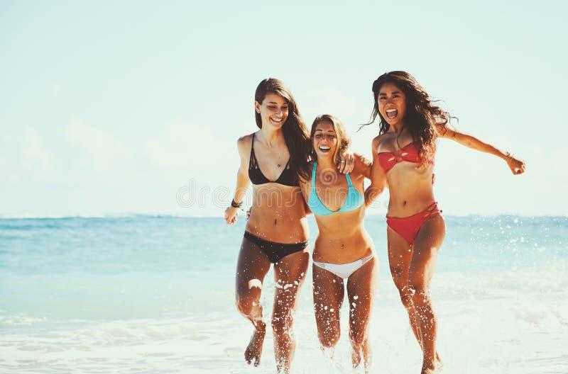 Bel amusement de filles à la plage photo stock