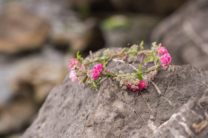 Bel anneau des fleurs Belles roses roses et différentes fleurs photographie stock