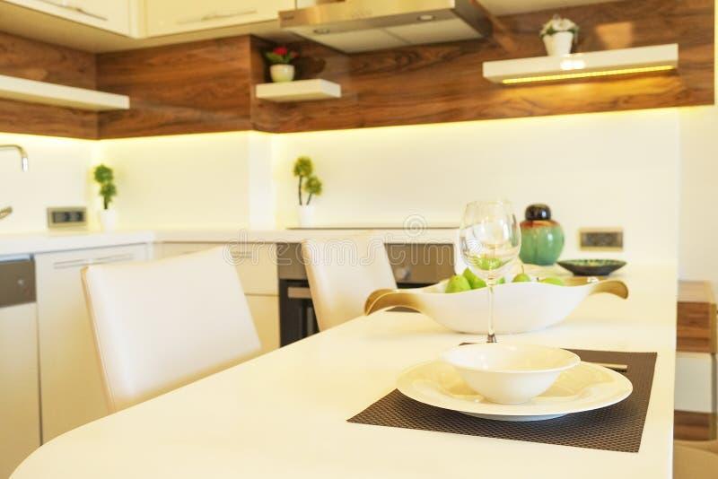 Bel appartement de côté du soleil avec la conception intérieure moderne minimalistic simple, salon ouvert de cuisine de plan au s photos libres de droits