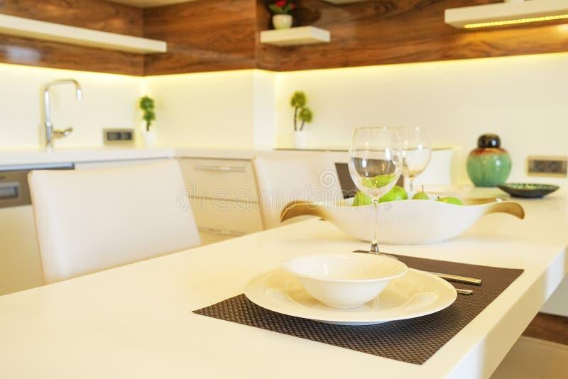 Bel appartement de côté du soleil avec la conception intérieure moderne minimalistic simple, salon ouvert de cuisine de plan au s images stock