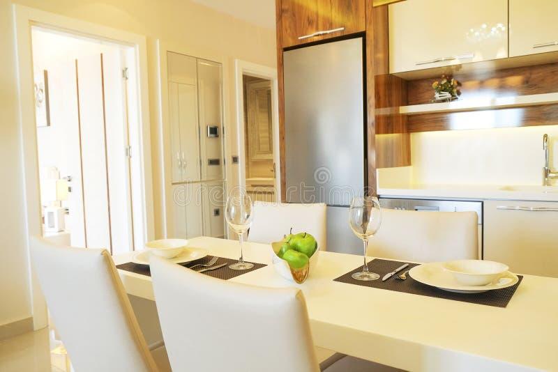 Bel appartement de côté du soleil avec la conception intérieure moderne minimalistic simple, salon ouvert de cuisine de plan au s photo stock