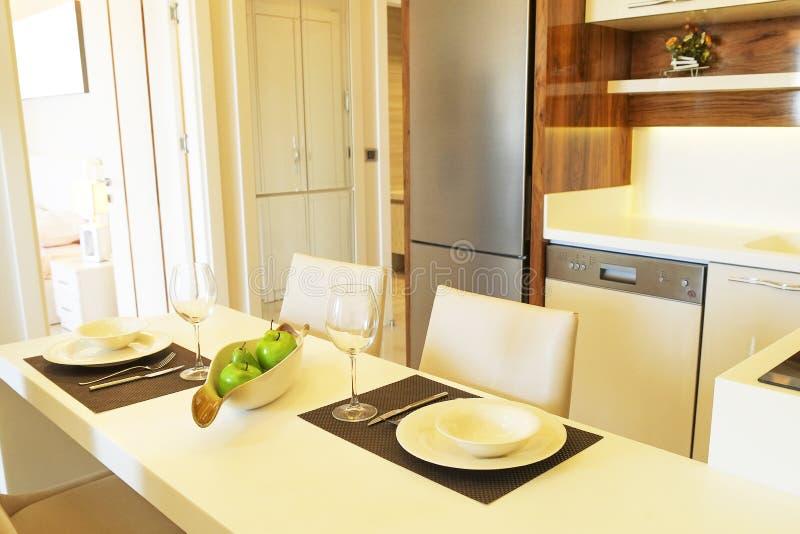 Bel appartement de côté du soleil avec la conception intérieure moderne minimalistic simple, salon ouvert de cuisine de plan au s photographie stock libre de droits