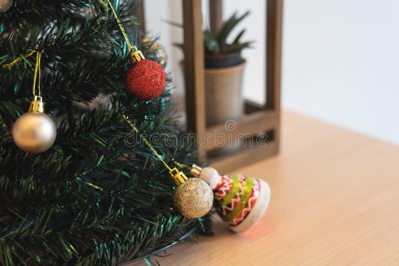 Bel arbre de Noël décoré avec les babioles et la branche de l'arbre impeccable, du thème de bonne année et de Noël photo libre de droits