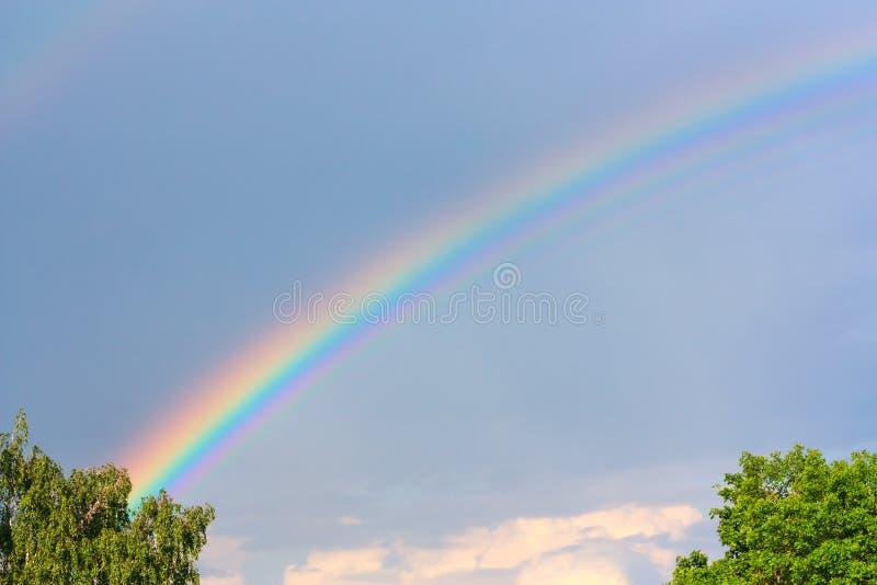 Bel arc-en-ciel dans le ciel photos libres de droits
