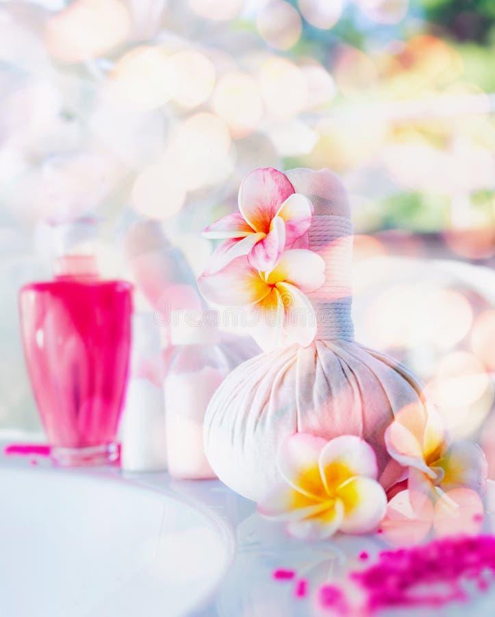 Bel arrangement de station thermale et de bien-être avec des fleurs, des outils de massage et la lotion, vue de face Style de vie photographie stock