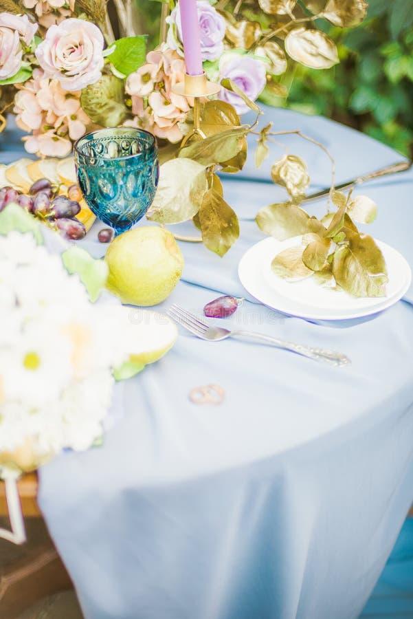 Bel arrangement de table avec la vaisselle et les fleurs pour une partie, réception de mariage photographie stock